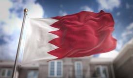 De Vlag van Bahrein het 3D Teruggeven op Blauwe Hemel de Bouwachtergrond Royalty-vrije Stock Afbeelding