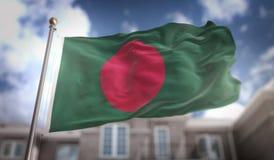 De Vlag van Bangladesh het 3D Teruggeven op Blauwe Hemel de Bouwachtergrond Royalty-vrije Stock Afbeelding