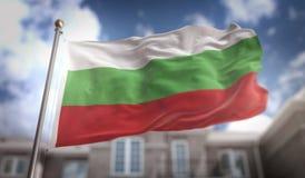 De Vlag van Bulgarije het 3D Teruggeven op Blauwe Hemel de Bouwachtergrond Stock Afbeelding