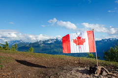 De Vlag van Canada met Bergen op de achtergrond Stock Fotografie