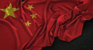 De Vlag van China op Donkere 3D die Achtergrond wordt gerimpeld geeft terug royalty-vrije illustratie
