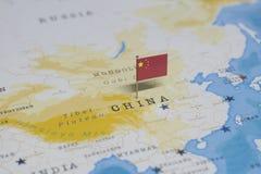 De vlag van China in de wereldkaart stock foto