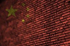 De vlag van China wordt afgeschilderd op het scherm met de programmacode Het concept moderne technologie en plaatsontwikkeling royalty-vrije stock fotografie