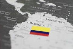 De vlag van Colombia op de kaart van Colombia van wereldkaart die wordt geplaatst stock afbeeldingen