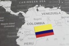 De vlag van Colombia op de kaart van Colombia van wereldkaart die wordt geplaatst royalty-vrije stock afbeelding