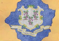 De vlag van Connecticut van de staat van de V.S. in groot concreet gebarsten gat en gebroken muur stock fotografie