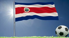 De vlag van Costa Rica-het fladderen en een voetbal rolt op het gazon, het 3d teruggeven Stock Fotografie