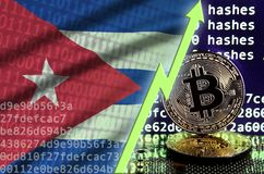 De vlag van Cuba en het toenemen groene pijl op het scherm van de bitcoinmijnbouw en twee fysieke gouden bitcoins stock illustratie