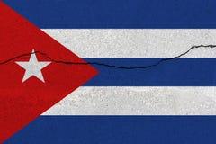 De vlag van Cuba op concrete muur met barst stock foto's