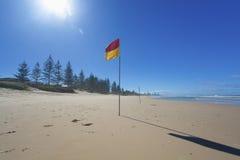 De vlag van de badmeester op Australisch strand stock afbeelding