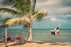 De vlag van de Dominicaanse Republiek bij het strand Stock Afbeelding