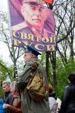 De vlag van de mensengreep met portret van Joseph Stalin, de leider van Sovjetunie, bij Victory Day-parade in Odessa, de Oekraïne Stock Foto