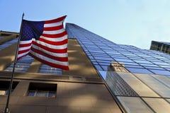 De vlag van de V.S. in de voorzijde van een wolkenkrabber van New York Stock Afbeeldingen