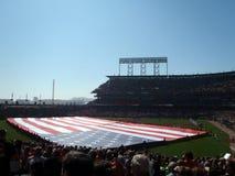 De Vlag van de V.S. die over outfield wordt gehouden Royalty-vrije Stock Foto's