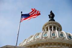 De Vlag van de V.S. en de bouw van het Capitool, Washington DC Stock Foto