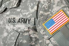 De vlag van de V.S. en U S Legerflard op militaire eenvormig stock fotografie