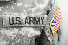 De vlag van de V.S. en U S LEGERflard op militaire eenvormig - sluit omhoog studioschot royalty-vrije stock fotografie