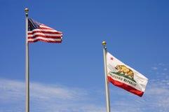 De Vlag van de V.S. en van Californië stock foto