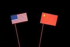 De vlag van de V.S. met Chinese vlag op zwarte royalty-vrije stock foto's