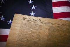 De vlag van de V.S. met dertien sterren en de grondwet stock foto