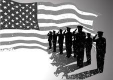 De vlag van de V.S. met militairen het groeten. Royalty-vrije Stock Afbeelding
