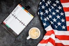 De vlag van de V.S. op grijze achtergrond Stock Foto's