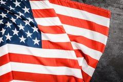 De vlag van de V.S. op grijze achtergrond Stock Fotografie