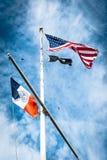 De vlag van de Verenigde Staten van Amerika op vlaggestok Stock Foto