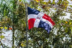 De vlag van de Dominicaanse Republiek bij pool het weven stock afbeeldingen
