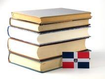 De vlag van de Dominicaanse Republiek met stapel van boeken op witte bac worden geïsoleerd die Royalty-vrije Stock Fotografie