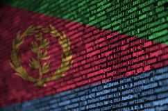 De vlag van Eritrea wordt afgeschilderd op het scherm met de programmacode Het concept moderne technologie en plaatsontwikkeling royalty-vrije stock foto