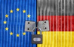 De vlag van de EU en van Duitsland op deur met hangslot royalty-vrije stock foto's