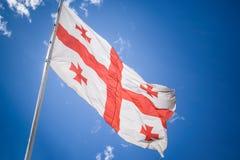 De vlag van Georgië onder de hemel Royalty-vrije Stock Fotografie