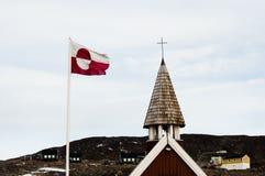 De Vlag van Groenland - Ittoqqortoormiit-Dorp Stock Fotografie