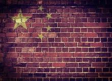 De vlag van Grungechina op een bakstenen muur Stock Foto