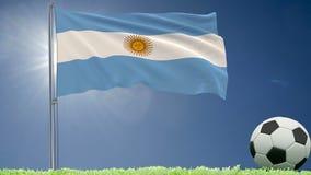 De vlag van het fladderen van Argentinië en een voetbal rolt op het gazon, het 3d teruggeven Stock Afbeelding
