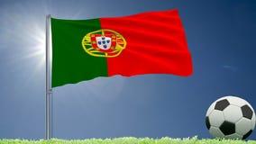 De vlag van het fladderen van Portugal en een voetbal rolt op het gazon, het 3d teruggeven Stock Afbeeldingen