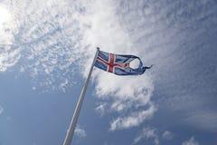 De Vlag van IJsland - Blauwe Hemel Stock Afbeelding