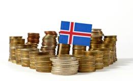 De vlag van IJsland met stapel geldmuntstukken stock afbeelding