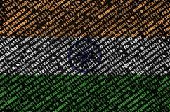 De vlag van India wordt afgeschilderd op het scherm met de programmacode Het concept moderne technologie en plaatsontwikkeling stock foto