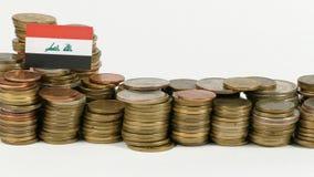 De vlag van Irak met stapel geldmuntstukken stock videobeelden