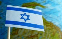 De vlag van Israël met een bolkaart als achtergrond stock foto's
