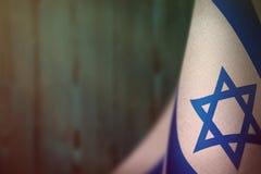 De vlag van Israël voor eer van veteranendag of herdenkingsdag Glorie aan de helden van Israël van oorlogsconcept op lichtblauwe  stock afbeelding