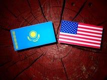 De vlag van Kazachstan met de vlag van de V.S. op een boomstomp Stock Afbeeldingen