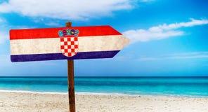 De vlag van Kroatië op houten lijstteken op strandachtergrond Het is de zomerteken van Kroatië stock afbeelding