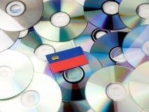 De vlag van Liechtenstein bovenop CD en DVD-stapel op wit wordt geïsoleerd dat Royalty-vrije Stock Afbeelding