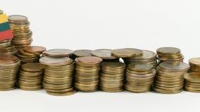 De vlag van Litouwen met stapel geldmuntstukken stock video