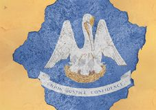 De vlag van Louisiane van de staat van de V.S. in groot concreet gebarsten gat en gebroken muur royalty-vrije stock fotografie