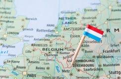 De vlag van Luxemburg op een kaart van het land royalty-vrije stock afbeelding