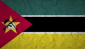 De vlag van Mozambique met het effect van verfrommeld document en grunge Stock Foto